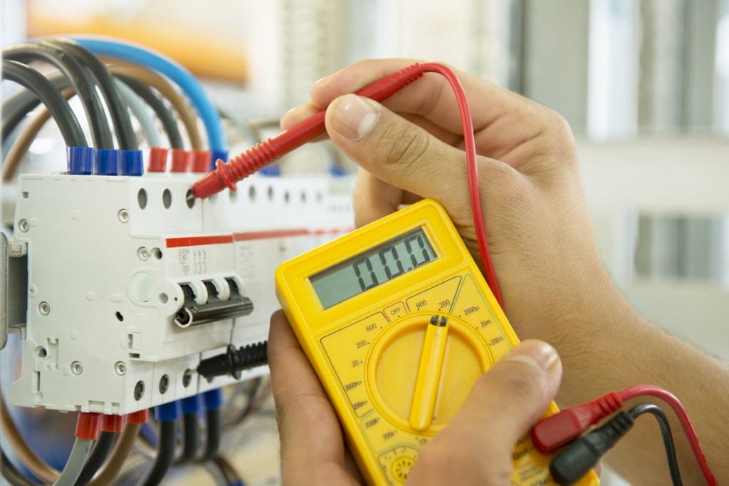 http://www.serviciosantioquia.com/wp-content/uploads/2016/06/maintenance-electrician-min.jpg